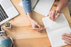 tuteur aidant l'élève à faire ses devoirs