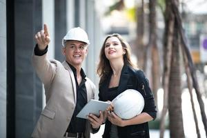 deux ouvriers inspectant un chantier de construction