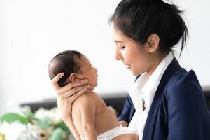 mère tenant bébé dans les bras