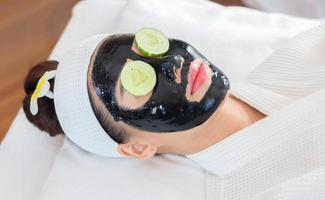 femme avec masque facial