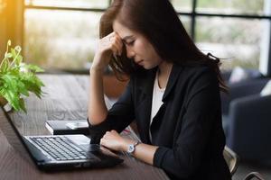 femme d & # 39; affaires frustrée au travail