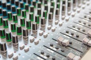 panneau de commande du mélangeur de son audio. boutons de la console de son pour régler le volume photo