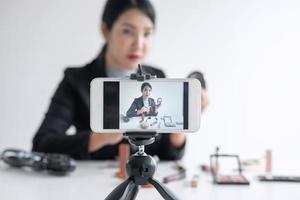 femme enregistre un didacticiel vidéo de maquillage photo