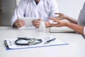 médecin consultant un patient