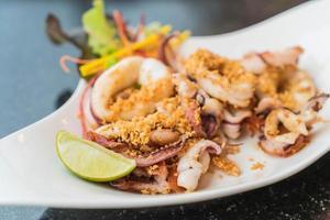 plat de calamars frits au citron vert