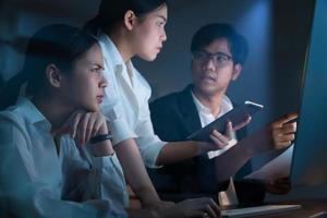 collègues travaillant au bureau tard dans la nuit photo