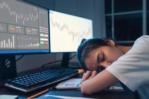 femme endormie à l'ordinateur