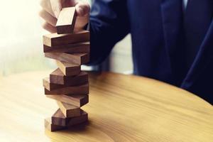 une personne empilant des blocs de bois photo