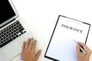 professionnel travaillant sur un document d'assurance photo