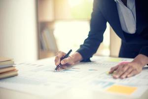 professionnel des affaires écrivant sur des documents