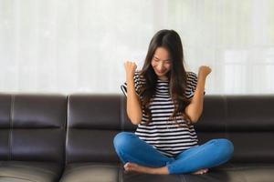 portrait de femme heureuse sur canapé