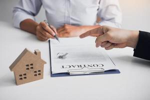 signature d'un prêt immobilier par le client photo