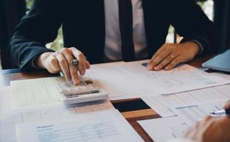homme d'affaires, calcul du coût des ventes de l'entreprise photo