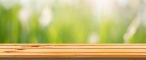 table vide avec fond herbeux flou
