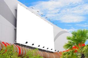 Panneau d'affichage vierge surdimensionné sur le côté du bâtiment photo