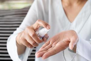 spray désinfectant pour les mains photo