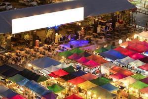Tentes colorées et bar au marché nocturne de ratchada
