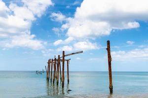 Ancienne structure de pont dans l'eau
