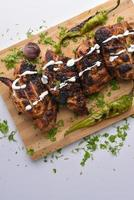poulet grillé sur une planche à découper
