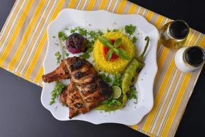 assiette de poulet grillé