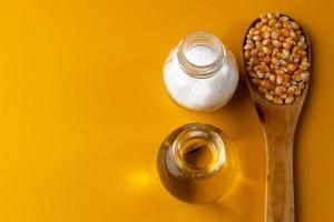 cuillerée de grains sur fond jaune