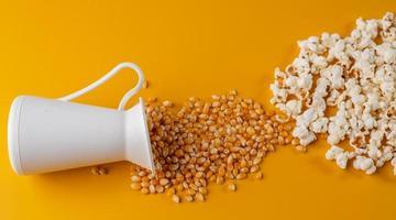 grains de maïs soufflé renversés