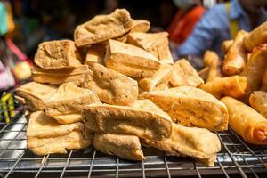 tofu frit à vendre sur un marché local