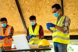 hommes portant des masques de protection photo