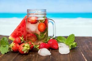 Boisson aux fraises sur fond tropical