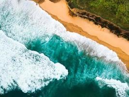 vue aérienne des vagues tropicales photo