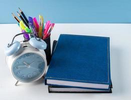 stylos et crayons dans un support avec cahiers