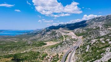 route à travers les montagnes