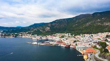 une ville au bord de la mer photo