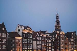 bâtiments à l'aube