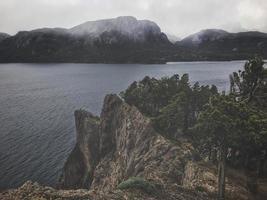 falaise au-dessus de l'eau photo