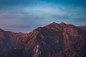montagne sous le ciel bleu photo