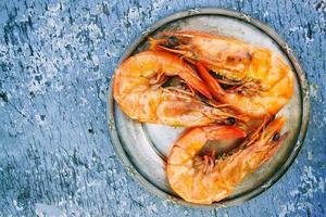 trois crevettes cuites photo