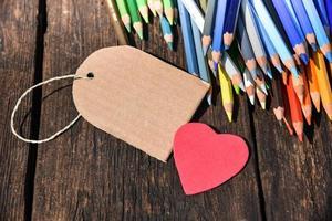 crayons de couleur avec coeur et étiquette