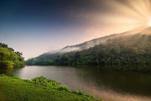 vue panoramique sur la chaîne de montagnes au lever du soleil photo