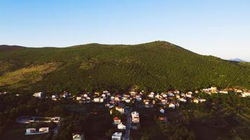 maisons sur la falaise de la montagne photo