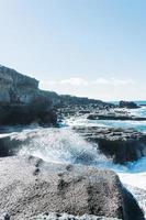 vagues déferlantes sous la lumière du jour photo
