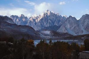 Cônes de passu dans la chaîne de montagnes du Karakoram photo