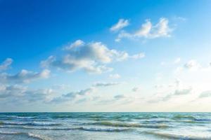 beau lever de soleil tôt le matin sur la mer