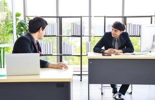 nouveaux jeunes hommes d'affaires au bureau