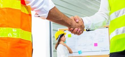 ingénieurs architectes se serrant la main