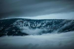 chaîne de montagnes entourée de brouillard