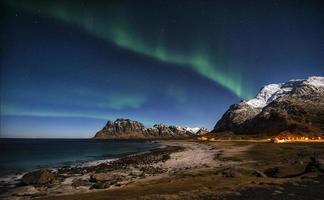 aurores boréales au-dessus du mt. himmeltindan photo