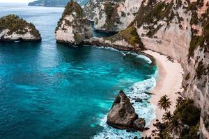 plage à flanc de falaise bord de mer photo