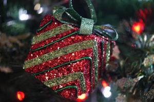 décor d'arbre de noël rouge et vert photo