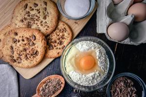 biscuits aux pépites de chocolat avec des ingrédients photo